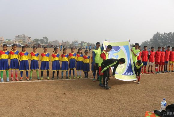 फुटबल खेलमा सहभागी बालबालिका